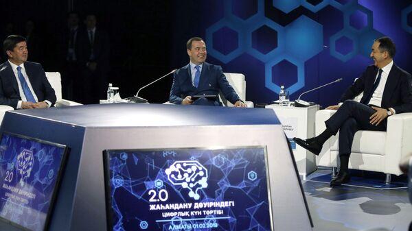 Дмитрий Медведев, премьер-министр Казахстана Бакытжан Сагинтаев и премьер-министр Киргизии Мухаммедкалый Абылгазиев на пленарной сессии форума Цифровая повестка в эпоху глобализации 2.0. Инновационная экосистема Евразии в Алма-Ате. 1 февраля 2019
