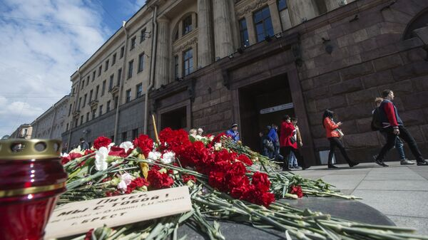 Цветы и свечи в память о жертвах террористического акта у станции метро Технологический институт в Санкт-Петербурге