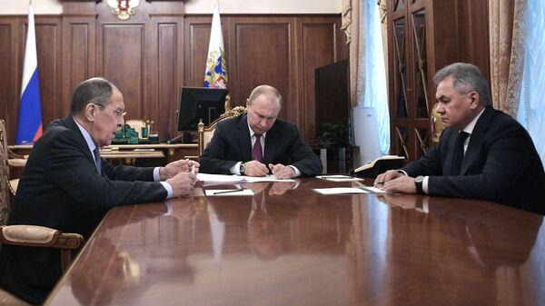 Владимир Путин, министр иностранных дел РФ Сергей Лавров и министр обороны РФ Сергей Шойгу во время встречи. 2 февраля 2019