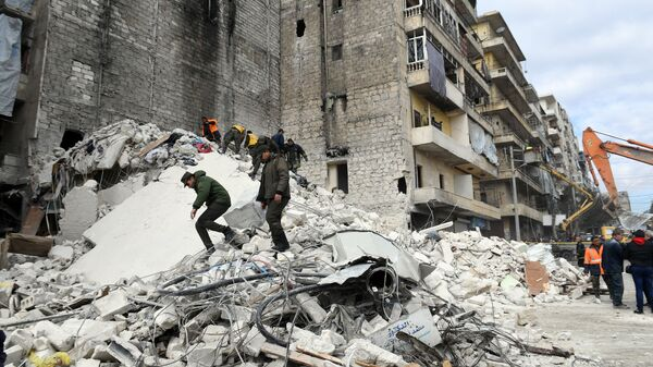 На месте обрушения пятиэтажного дома в городе Алеппо, Сирия