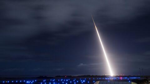 Запуск баллистической ракеты-мишени на полигоне в Кауаи (Гавайи, США)