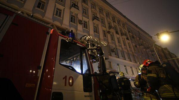 Сотрудники пожарной службы у здания на Никитском бульваре в центре Москвы, где произошел пожар.