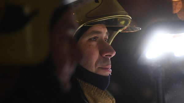 Сотрудник пожарной службы у здания на Никитском бульваре в центре Москвы, где произошел пожар