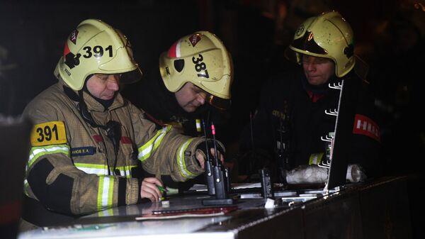 Оперативный штаб МЧС РФ у здания на Никитском бульваре в центре Москвы, где произошел пожар