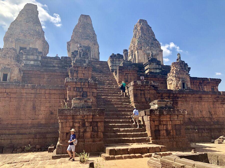 Туристы взбираются по колеснице храма, Анкор, Камбоджа