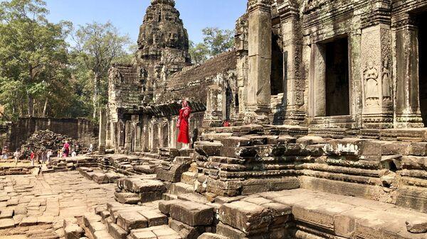 Туристки фотографируются в храме, Анкор, Камбоджа
