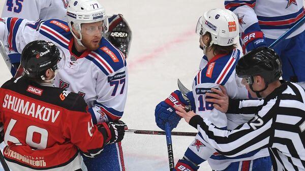 Игрок Авангарда Сергей Шумаков (слева) и игрок СКА Антон Белов (второй слева)