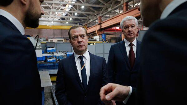 Дмитрий Медведев и мэр Москвы Сергей Собянин во время посещения Щербинского лифтостроительного завода. 5 февраля 2019