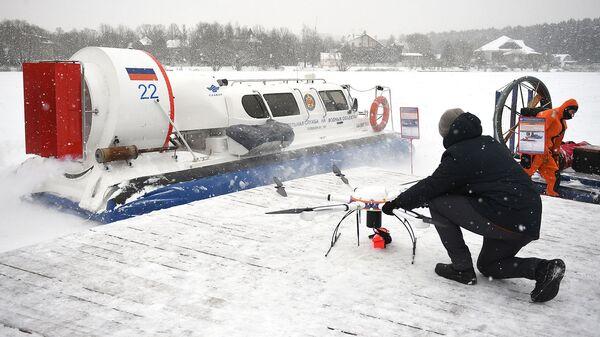 Сотрудник МЧС России во время отработки действий по ликвидации условных чрезвычайных ситуаций на водных объектах