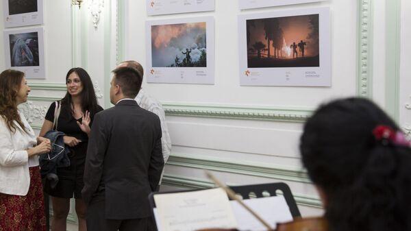 Посетители на открытии выставки работ победителей Международного конкурса фотожурналистики имени Андрея Стенина в Буэнос-Айресе