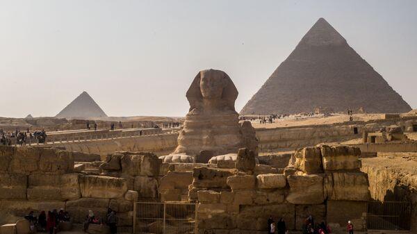Сфинкс и пирамида Хеопса (справа) в Эль-Гизе, Египет