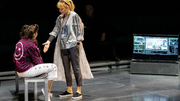 Полина Лашкевич в роли Кэти, Ирина Таранник в роли Хилари на репетиции спектакля Проблема в Российском академическом Молодежном театре