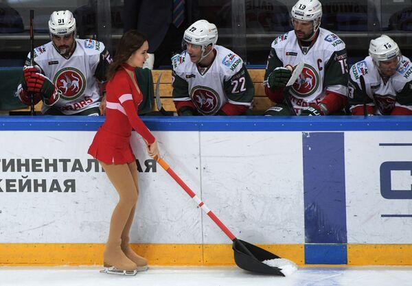 Девушка из группы поддержки во время матча регулярного чемпионата Континентальной хоккейной лиги между ХК Спартак (Москва) и ХК Ак Барс (Казань)