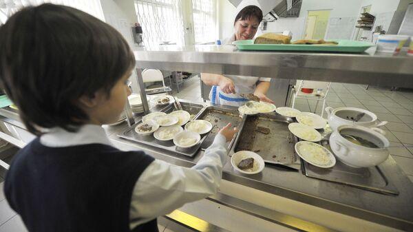 Ученик во время обеда в столовой