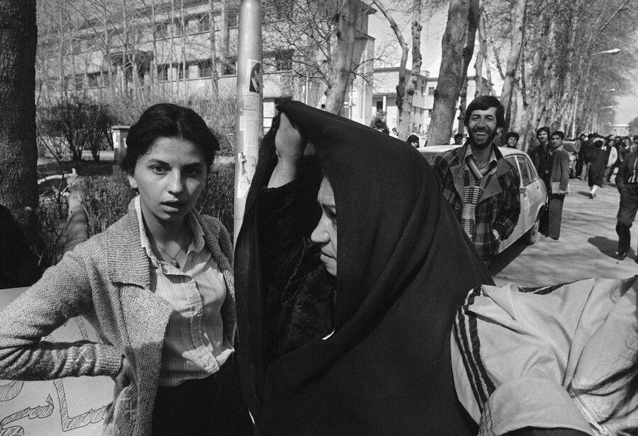 ÐÑанÑкие женÑинÑ, одеÑÑе в ÑÑадиÑионном и западном ÑÑиле, в ТегеÑане. 12 маÑÑа 1979