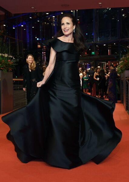 Актриса Энди МакДауэлл на красной дорожке церемонии открытия 69-го Берлинского международного кинофестиваля Берлинале - 2019