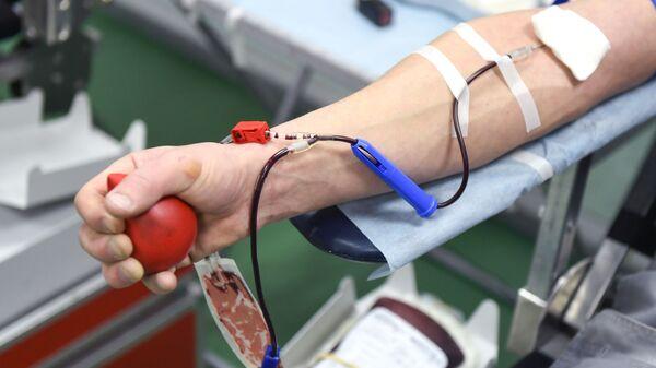 Сдача крови в мобильной станции переливания крови. Архивное фото