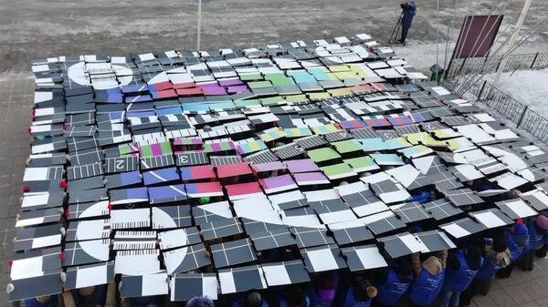 Участники флешмоба, посвященного отключению аналогового телевещания, у здания Молодежного центра в Магадане. 9 февраля 2019