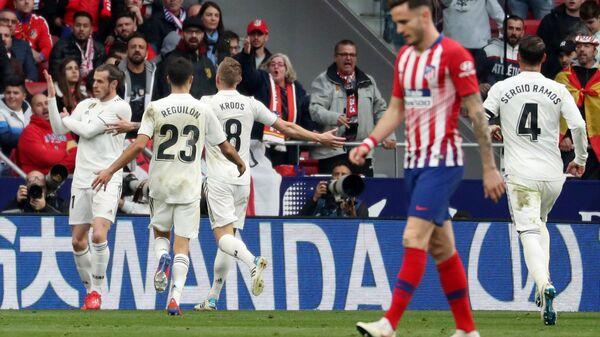 Футболисты Реала радуются забитому мячу в ворота Атлетико