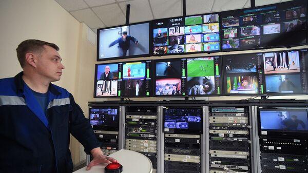 Инженер в аппаратной радиотелевизионного передающего центра в Рязани