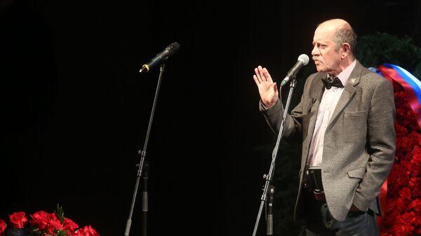 Поэт, актер и драматург Вадим Жук на церемонии прощания с актером Сергеем Юрским в театре имени Моссовета