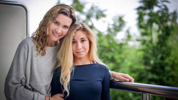 Этери Тутберидзе и Диана Дэвис (справа)