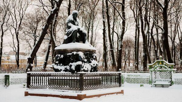 Памятник поэту, баснописцу И.А. Крылову в Летнем саду зимой в Санкт-Петербурге