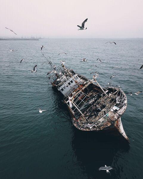 Заброшенный корабль в Корсакове. О. Сахалин. Россия
