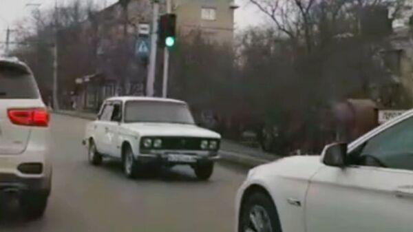 Стоп-кадр видео, на котором автомобиль ВАЗ едет задом наперед в Ставрополе