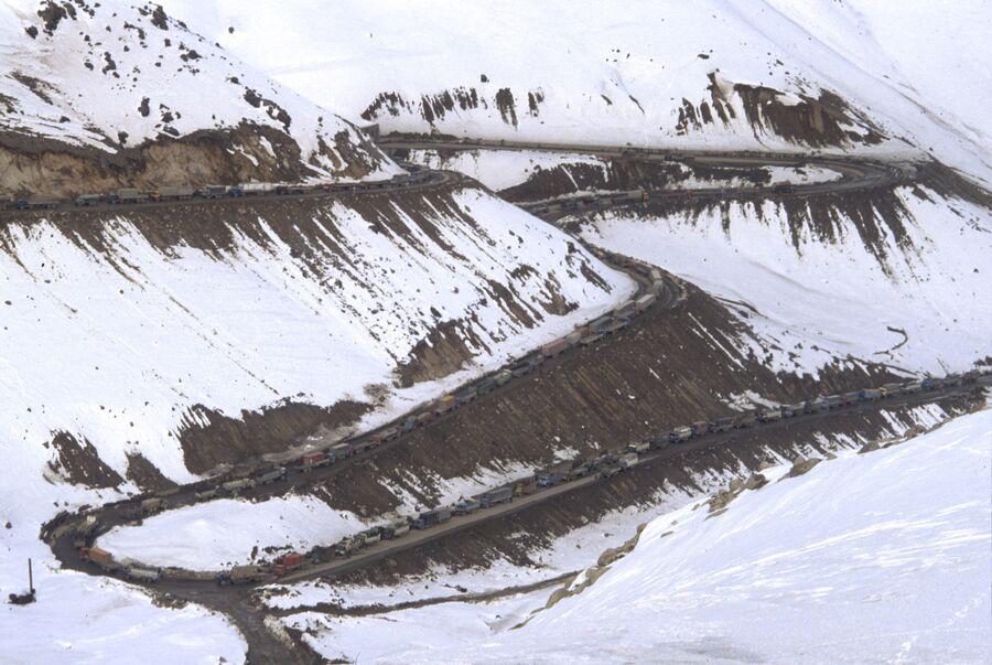 Колонны советских войск движутся через перевал Саланг в горах Гиндукуш. Республика Афганистан
