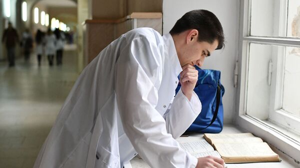 Студент в коридоре Медицинской академии имени С. И. Георгиевского в Симферополе