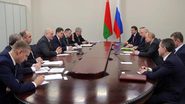Президент РФ Владимир Путин и президент Белоруссии Александр Лукашенко во время встречи в Сочи