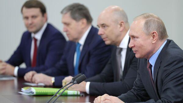 Президент РФ Владимир Путин во время встречи с президентом Белоруссии Александром Лукашенко в Сочи