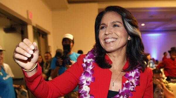Член Палаты представителей Конгресса США от 2-го избирательного округа Гавайев Талси Габбард приветствует своих сторонников в Гонолулу