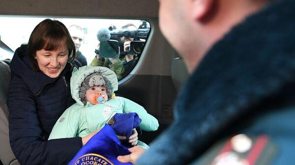 Ваня Фокин, спасенный из-под завалов обрушившегося в Магнитогорске дома, с матерью Ольгой после выписки из московского НИИ неотложной детской хирургии и травматологии