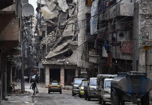 Автомобили на одной из улиц в Алеппо