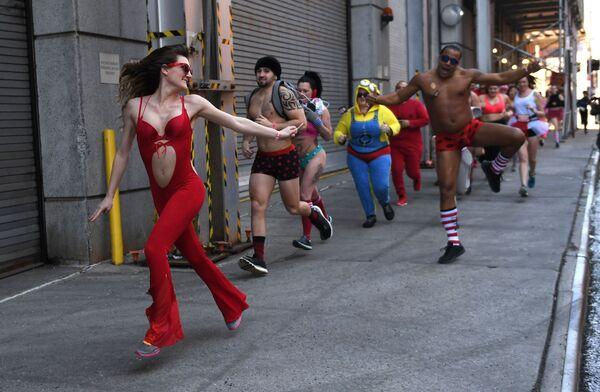 Участники благотворительного забега Cupid's Undie Run в Нью-Йорке