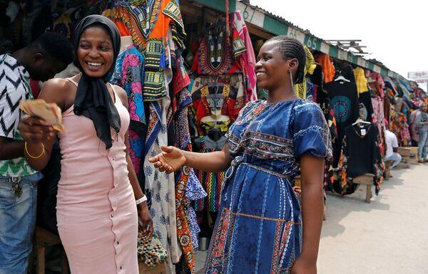 Продавщица разменивает деньги в Марине, Нигерия