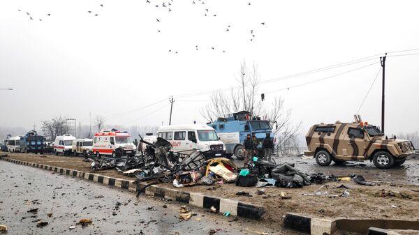 На месте взрыва самодельной бомбы в штате Джамму и Кашмир в Индии. 14 февраля 2019
