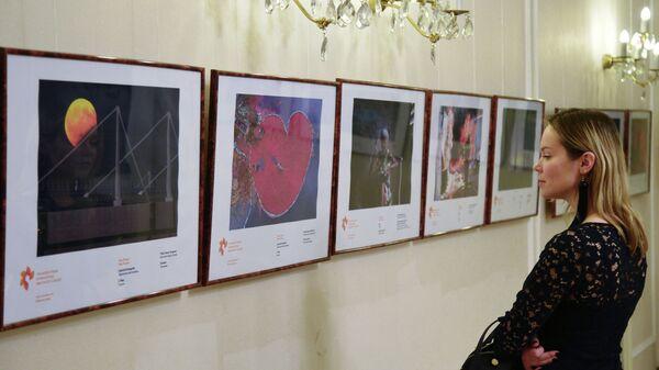 Посетительница выставки победителей IV Международного конкурса фотожурналистики имени Андрея Стенина в Праге