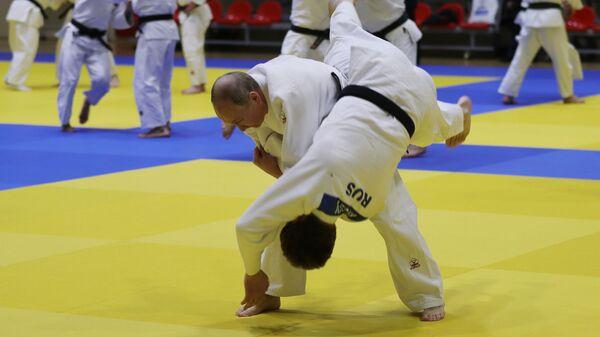 Президент РФ Владимир Путин во время тренировки по дзюдо на татами в спортивно-тренировочном комплексе Юг-Спорт