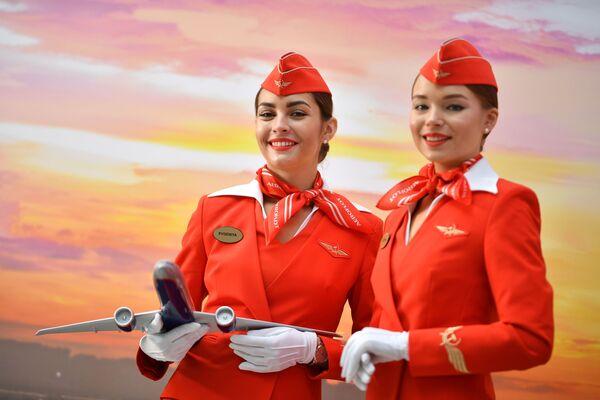 Девушки в форме стюардесс авиакомпании Аэрофлот на Российском инвестиционном форуме