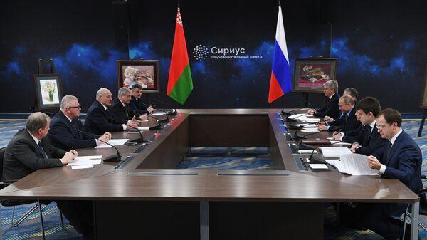 Президент РФ Владимир Путин и президент Белоруссии Александр Лукашенко во время встречи в образовательном центре Сириус в Сочи