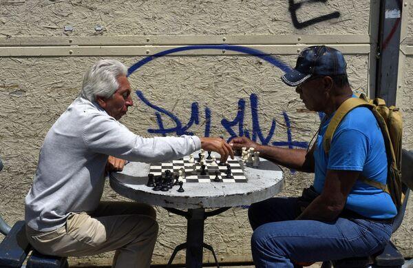 Мужчины играют в шахматы на одной из улиц в Вальпараисо