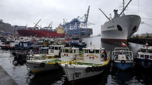 Морской порт в Вальпараисо на побережье Тихого океана