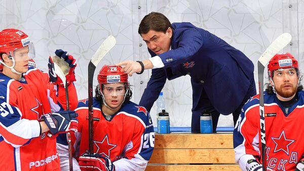 Главный тренер ПХК ЦСКА Игорь Никитин (второй справа)