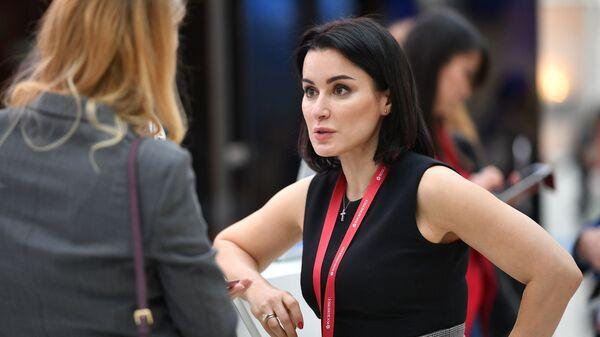 Генеральный продюсер Матч ТВ Тина Канделаки у стенда МИА Россия сегодня на Российском инвестиционном форуме в Сочи