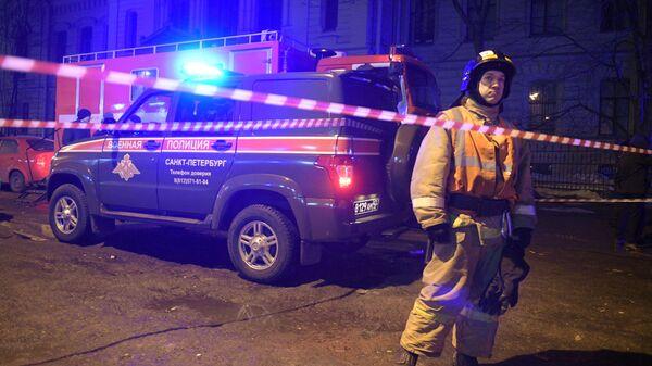 Сотрудник спасательной службы МЧС РФ у ограждения дома № 9 на улице Ломоносова в Санкт-Петербурге. 16 февраля 2019