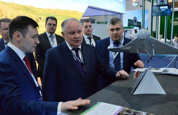 Генеральный директор АО Рособоронэкспорт Александр Михеев (в центре) осматривает беспилотник-камикадзе KYB, произведенный концерном Калашников