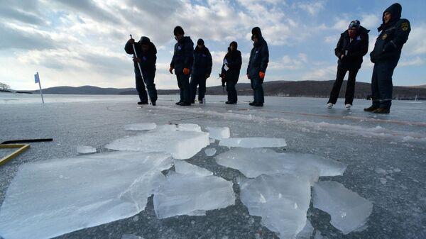 Студенты международной Ледовой школы ДВФУ во время практических занятий в бухте Новик на острове Русский
